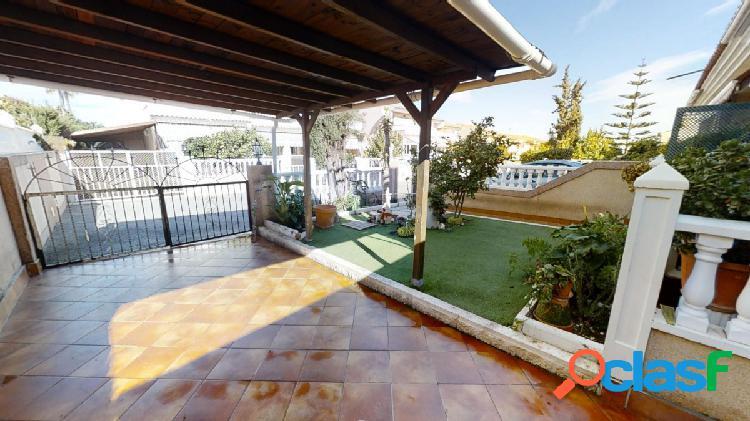 ¡increíble adosado en esquina con jardín, piscina comunitaria y garaje en la misma parcela!