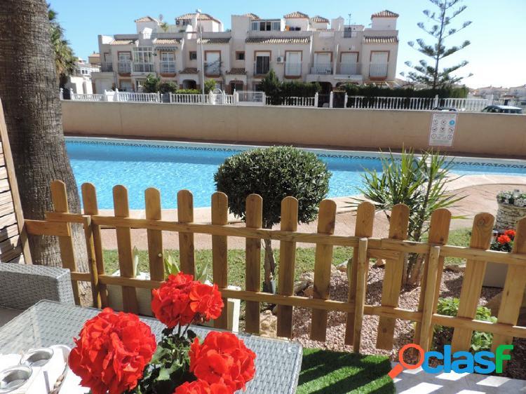 Fantástico bungalow frente a la piscina