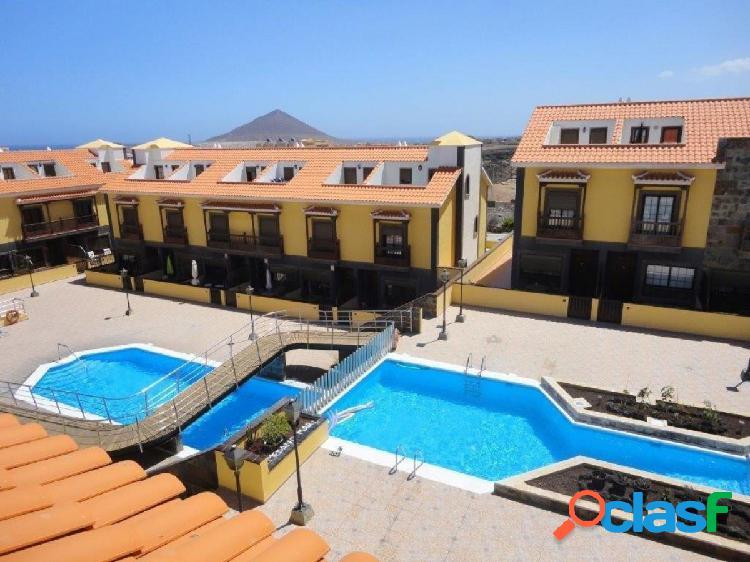 Médano centro. chalet 3 habitaciones, 2 baños, cocina indepen, garaje cerrado en urb. con piscina
