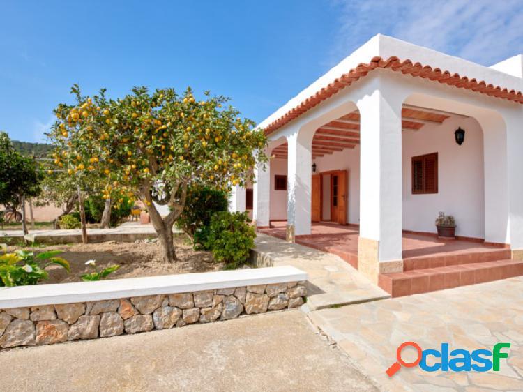 Preciosa casa de estilo rústico rodeada de 72000m2 de terreno privado y vistas espectaculares