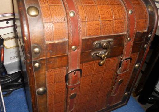 Caja de madera duradera antigua