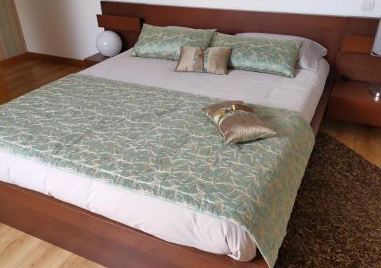 Cama, colchón y adornos