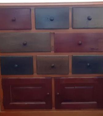 Mueble de madera maciza de pino con cajoneras.