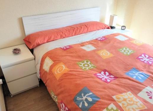 Habitacion con canapé colchon y ropa