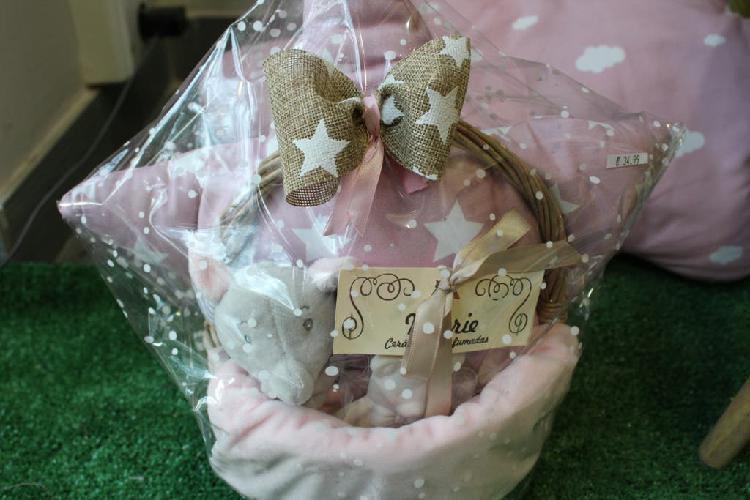 Original regalo para bebé cestita cojín rosa