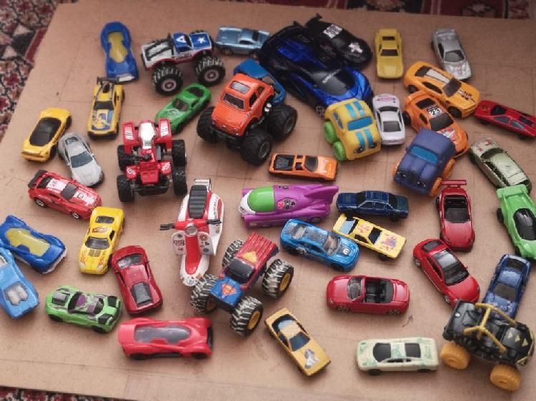 Juguetes coches diferentes tamaños