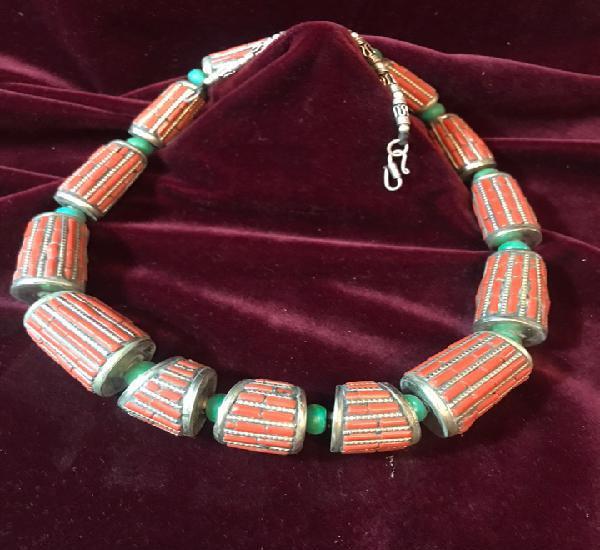 Collar de plata tibetana montada con corales y turquesas