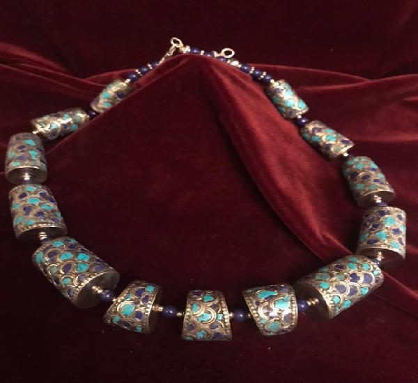 Collar de plata tibetana montada con lapislázuli y
