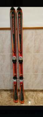 Esquís con fijaciones y botas.