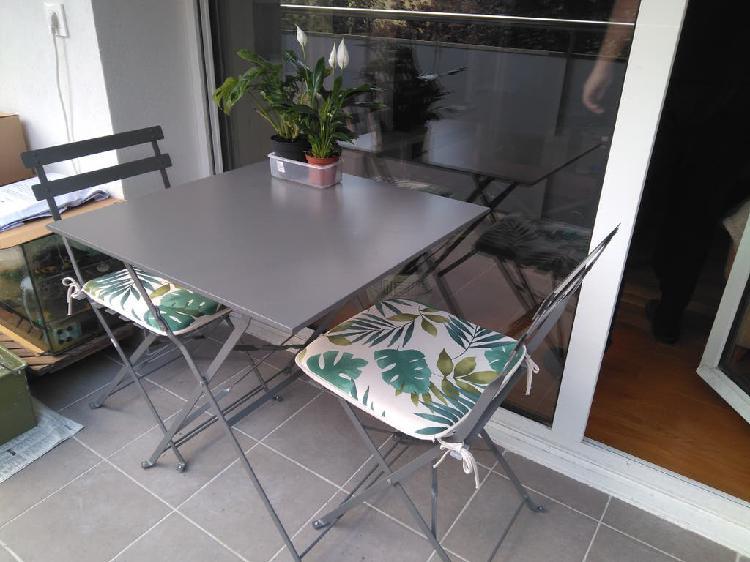 Conjunto de mesa y sillas para terraza en acero.