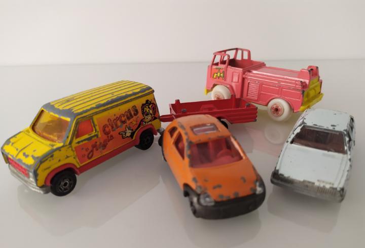 Lote de 4 coches, varias marcas.mira, majorette y guisval