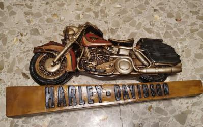 Moto harley labrada en madera