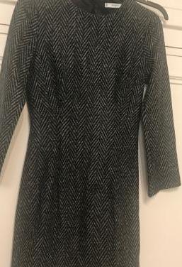 Vestido corto gris, diseño de espiga