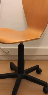 Dos sillas de oficina con ruedas
