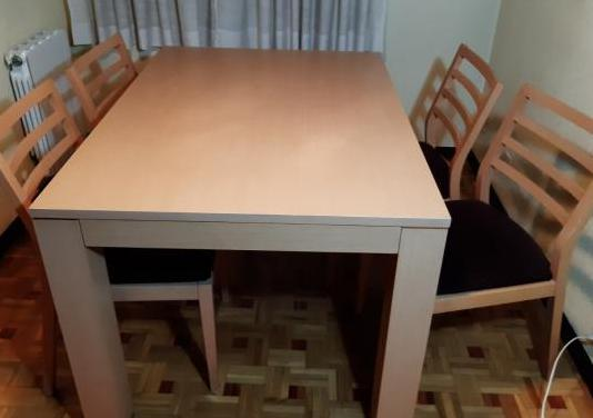 Se trata de un juego de mesa, 6 sillas y mesa baja