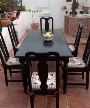 Una mesa y 8 sillas