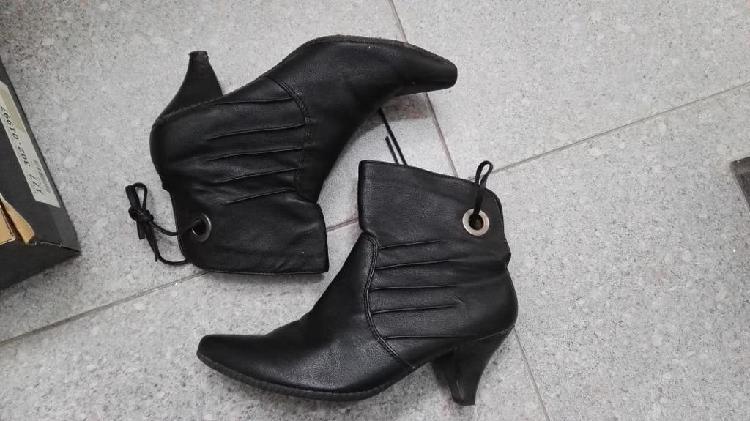 Botas negras, botines negros tacón fino. talla 37.
