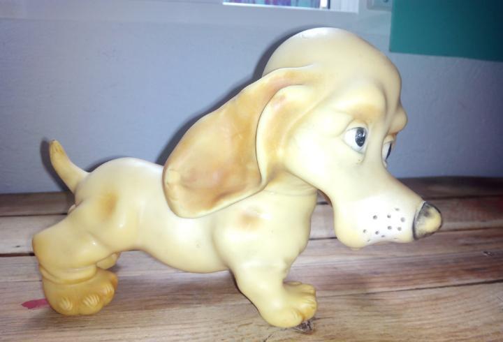 Antiguo perro salchicha goma famosa