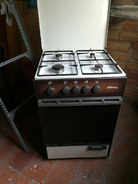 Cocina de gas natural, 4 fuegos.