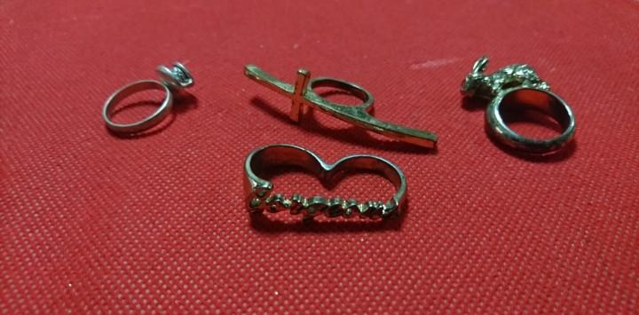 Lote de anillos en bisuteria, curiosos