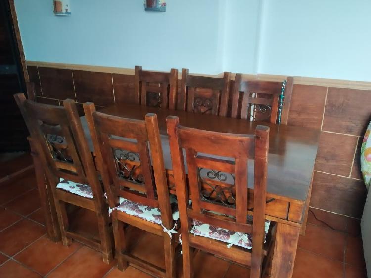 Mesa madera maciza con sillas rusticas