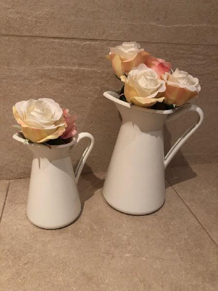 2 jarras decoradas con flores también para servir