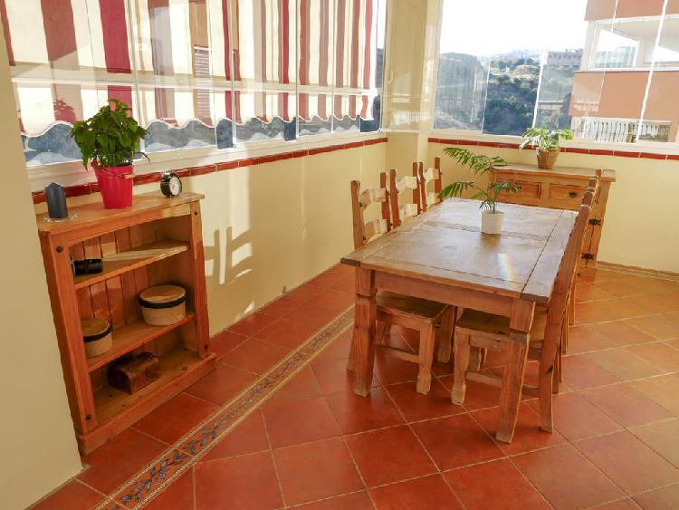 Conjunto comedor mesa, sillas, estantes y aparador