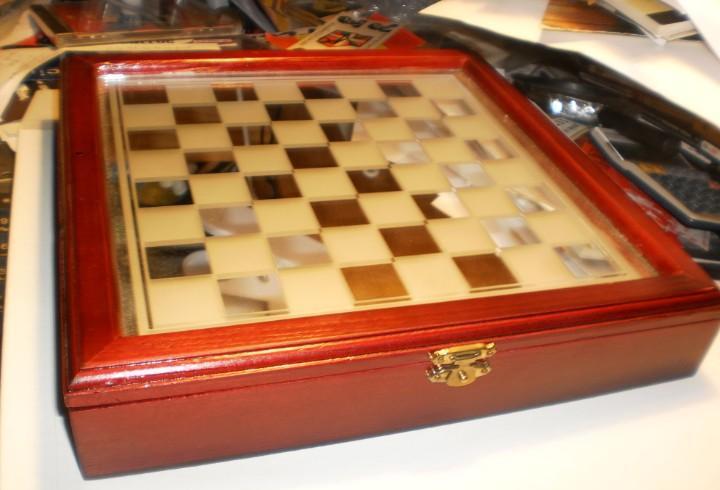 Juego ajedrez completo, tablero cristal y caja de madera