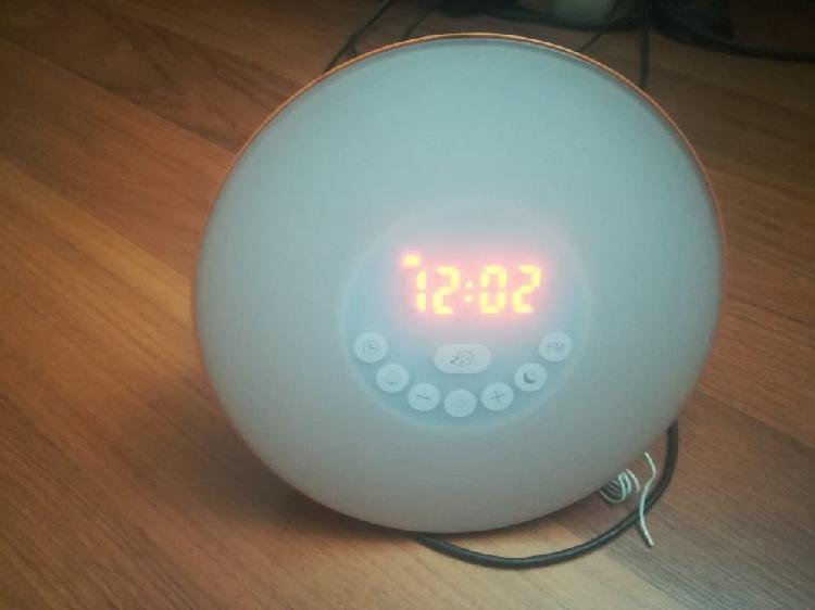 Alarma con luz, radio, diferentes sonidos y luzes