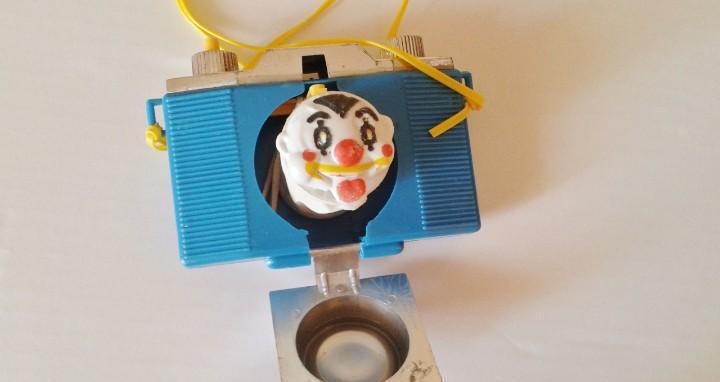 Divertida camara de fotos con payaso. años 70-80 color azul