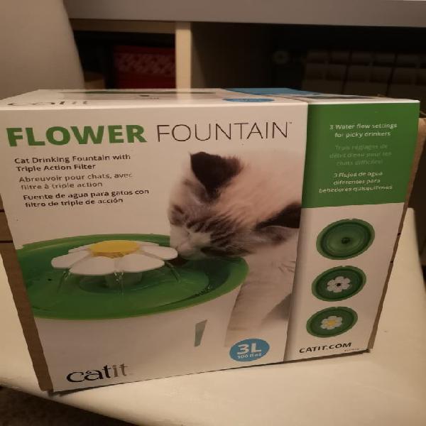 Fuente bebedero en flor