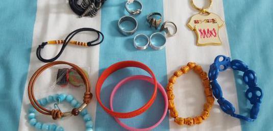 Pulseras, anillos y colgante