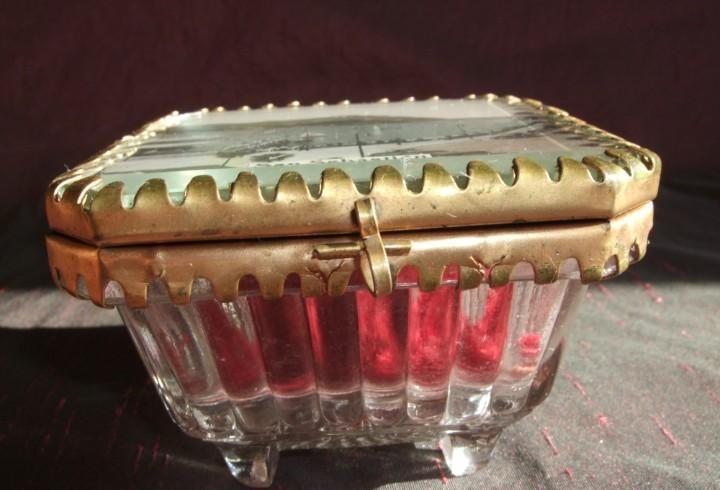 Antigua caja joyero cristal tallado y metal. panorámica