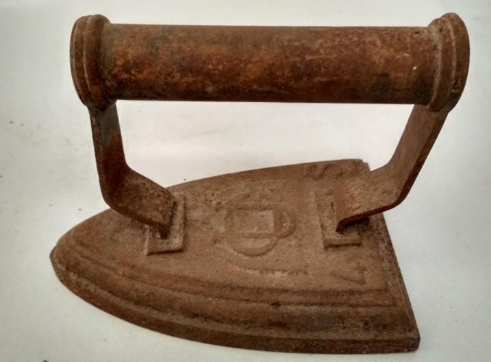 Antigua plancha de hierro fundido para calentar en ascuas,