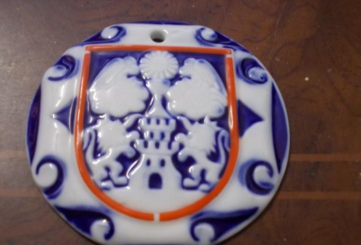 Medallón escudo de lugo, sargadelos. mide 8,5 cm. diámetro