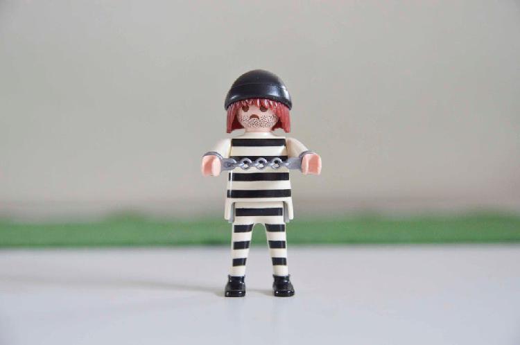 Playmobil preso con dos caras