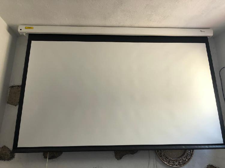 Proyector y pantalla