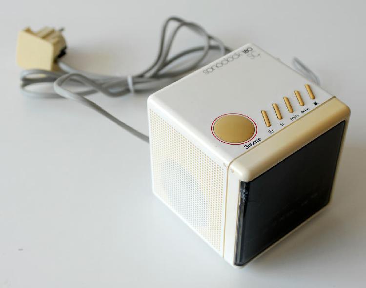 Radio reloj despertador vintage marca grundig.