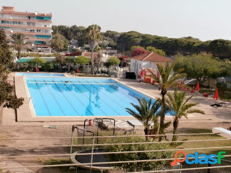 Piso amueblado con vistas a la pinada y piscina en una zona muy tranquila.