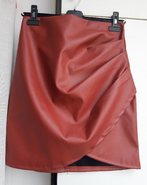 Falda de cuero en color rojo/teja muy bonita.