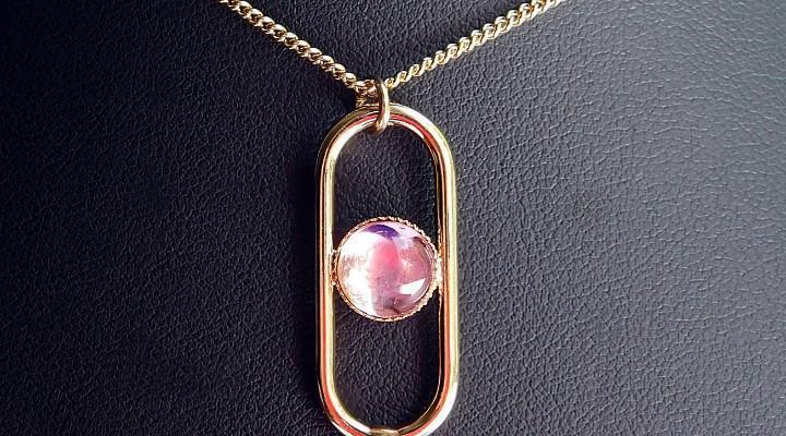 Cadena y bello colgante con cabujón de color rosa francia -
