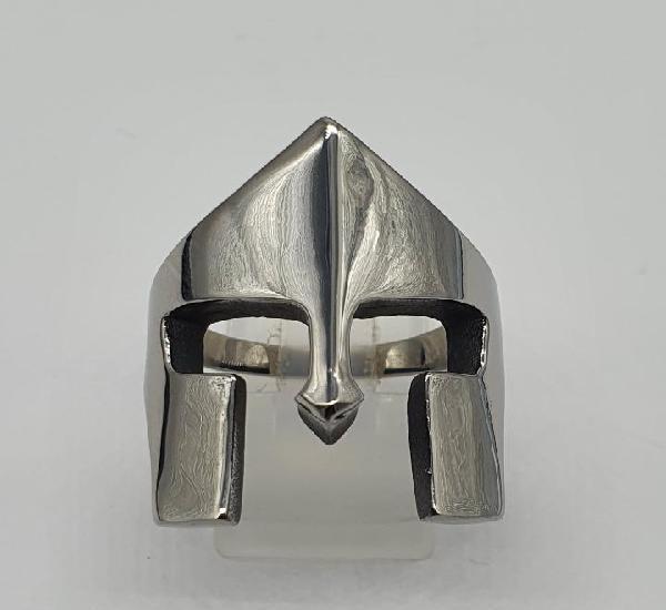 Magnífico anillo en acero inoxidable con forma de casco