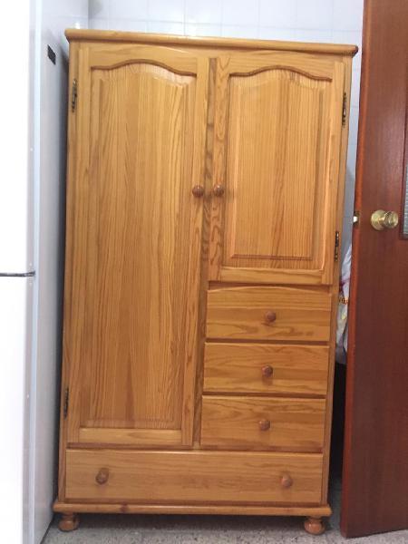 Armario de madera de pino