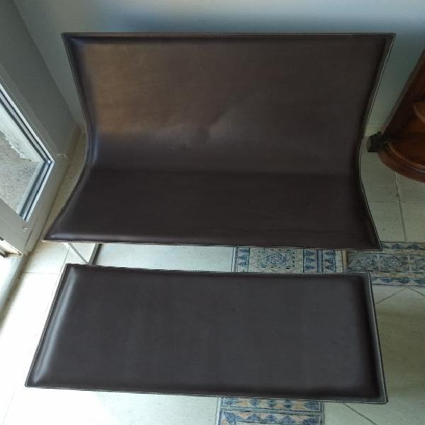 Butaca y reposapiés de cuero y acero galvanizado