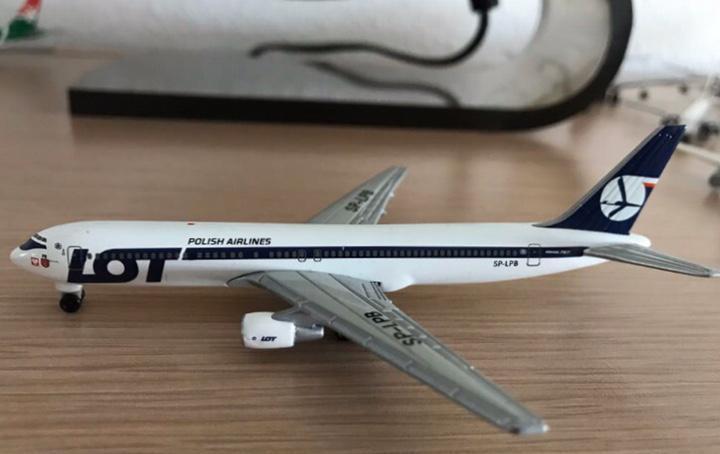 Precioso avión boeing 767 lot 1:460