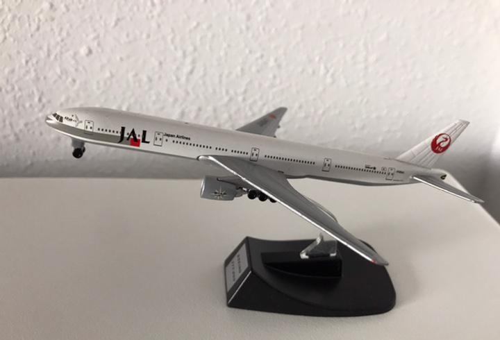 Precioso avión boeing 777 jal 1:460