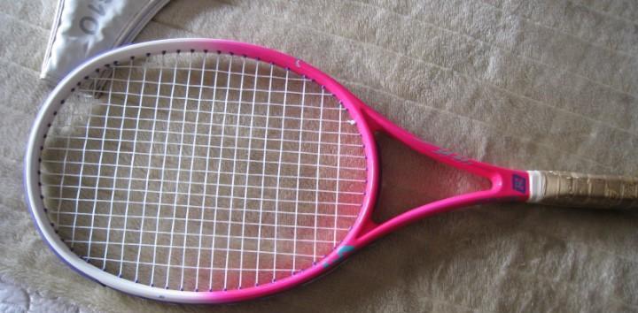 Estupenda raqueta de tenis en buen uso de fibra