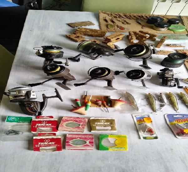 Gran lote de material variado de pesca, carretes antiguos,