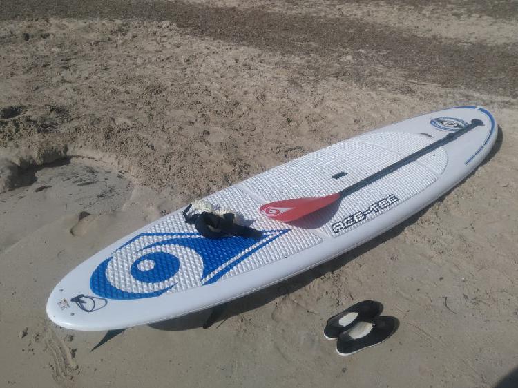 Tabla de paddle surf, sup con su remo y leash.