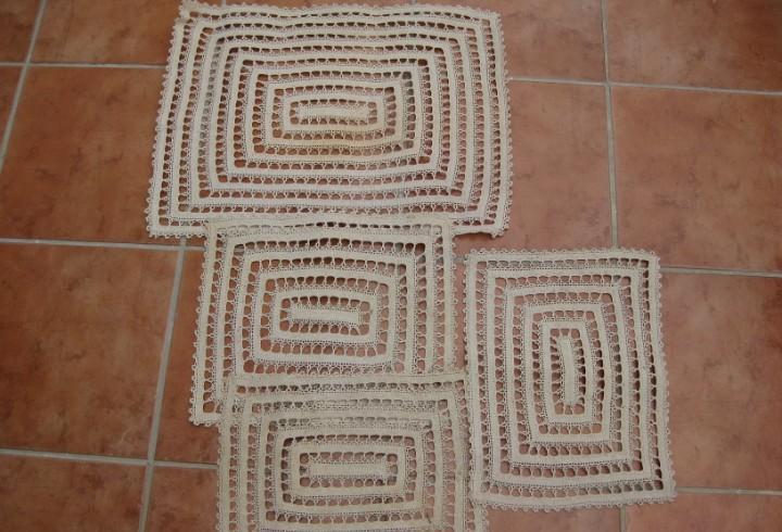 4 antiguos tapetes de ganchillo,almidonados en color crema.